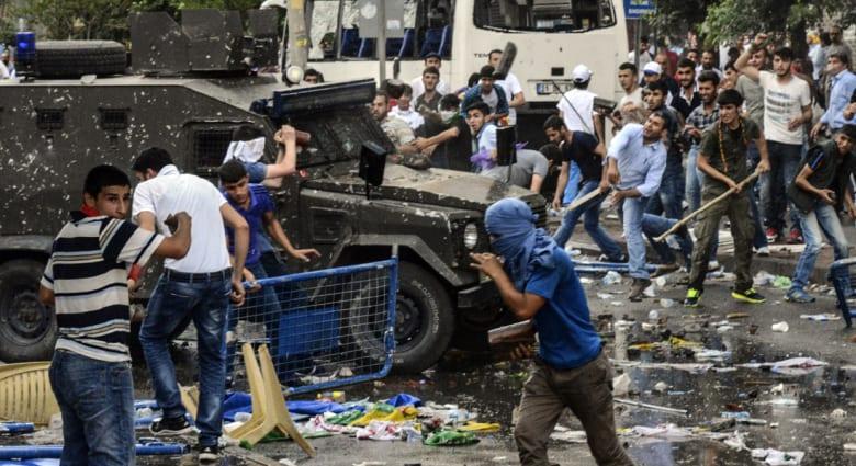 الاناضول: مقتل 2 وجرح 100 بانفجار خلال مسيرة مؤيدة لحزب كردي في ديار بكر بتركيا