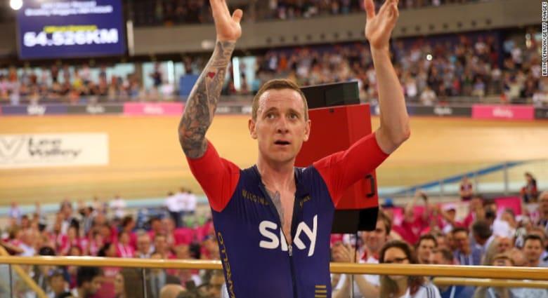 دراج بريطاني يحطم الرقم القياسي ويقود دراجته 54 كيلومترا دون توقف