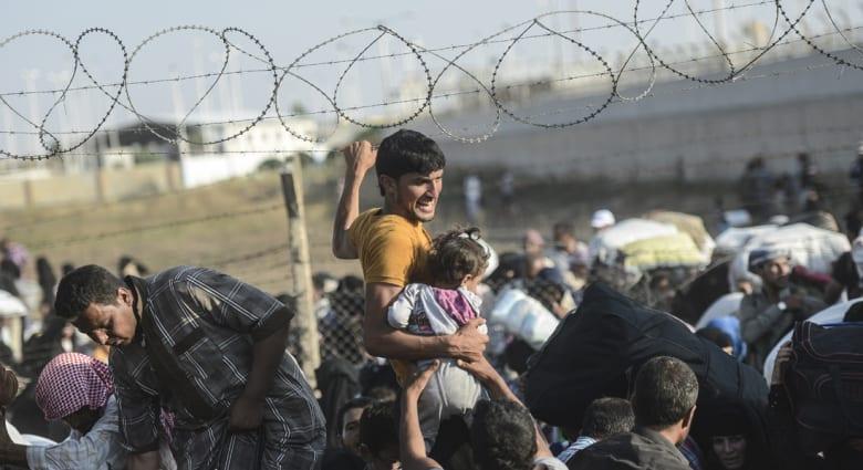 """معركة """"تل أبيض"""".. آلاف السوريين يحطمون الحواجز الحدودية ويدخلون الأراضي التركية """"عنوة"""""""