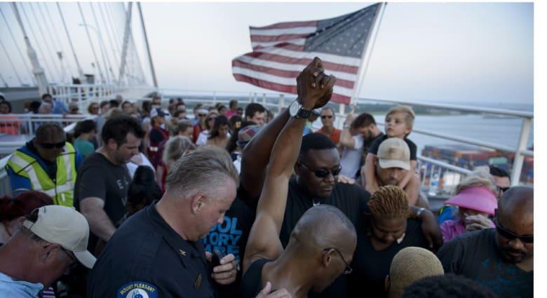 محتجون بينهم حاكم الولاية وسيناتور يطالبون بإنزال العلم الأمريكي عن مباني ساوث كارولاينا باعتباره رمزا للعنصرية