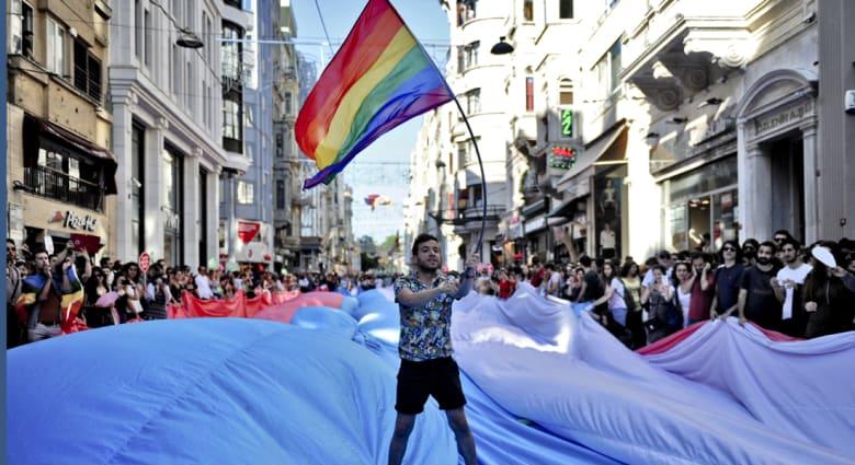 """المحكمة العليا تقر زواج المثليين بجميع ولايات أمريكا.. وأوباما يهنئ بـ""""انتصار"""" الحب"""