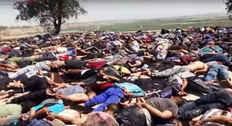 """صور جديدة ومرعبة في فيديو """"داعش""""  لتنفيذ """"مذبحة سبايكر""""  ويتضمن محادثة المجندين في لحظة الإعدام"""