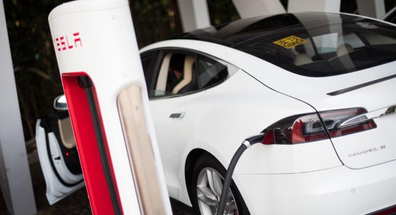 تيسلا تقترب من إنتاج سيارة كهربائية أقل ثمناً وأكثر كفاءة