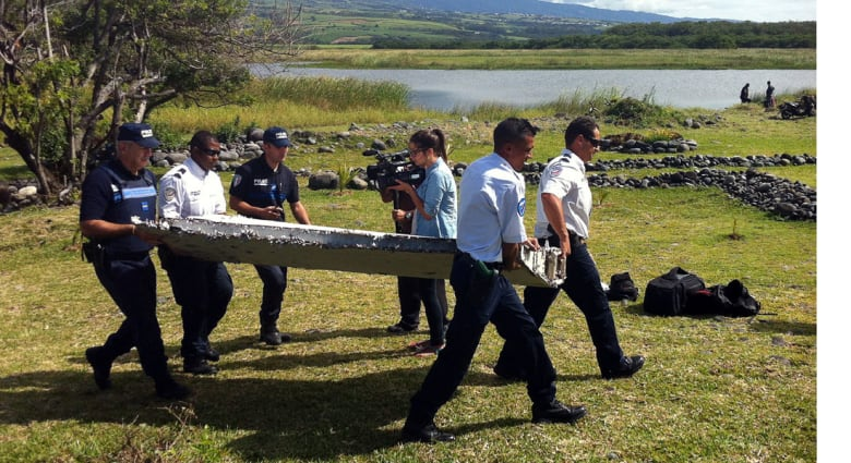 محقق يشرح لـCNN لماذا نقل الحطام المشتبة بكونه للطائرة الماليزية إلى فرنسا؟