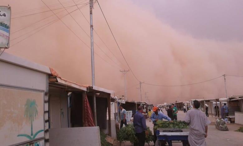 عاصفة رملية ضخمة تجتاح منطقة العقبة ومخيم الزعتري