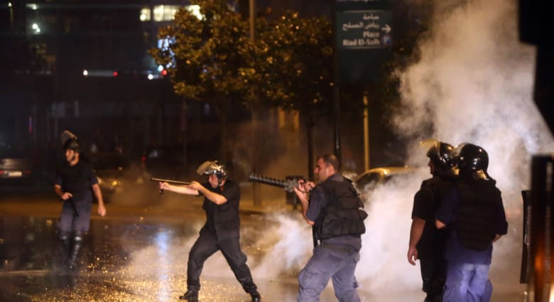 """""""طلعت ريحتكم"""" تشعل لبنان.. مصادمات دامية في بيروت والأمن ينفي خصومته مع أي طرف"""
