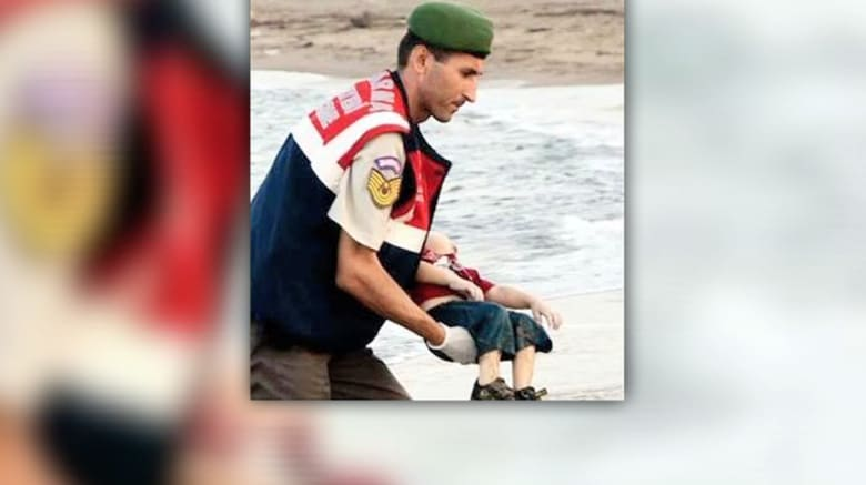 الطفل آلان.. هكذا انتهت رحلته على شواطئ تركيا.. واعتقال 4 على علاقة بمقتل عائلة الكردي