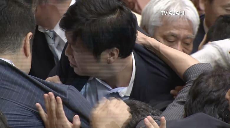بالفيديو.. اشتباكات بالأيدي بين أعضاء البرلمان الياباني