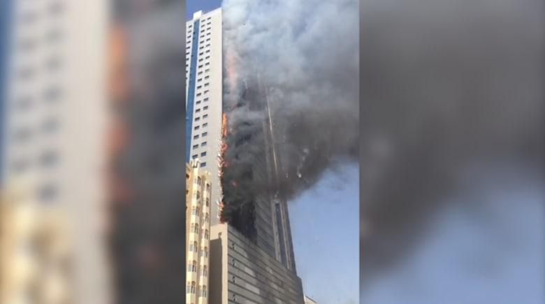 بالفيديو.. الصور الأولى لحريق هائل اندلع في مبنى سكني بالشارقة في دولة الإمارات