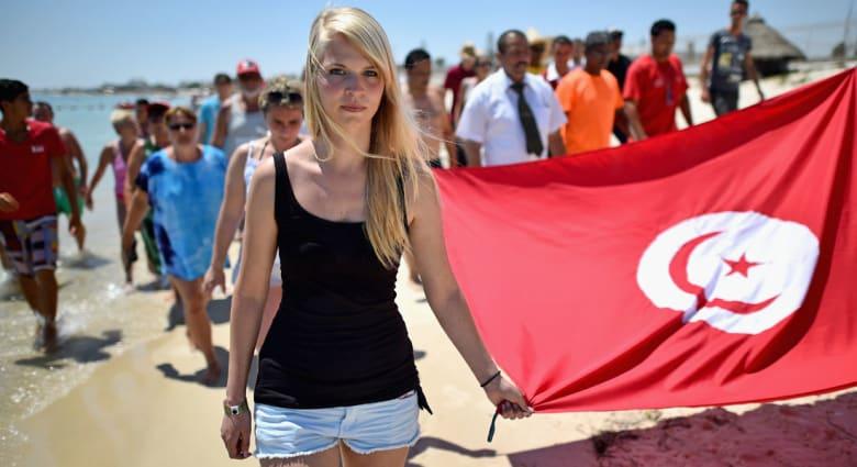 بريطانيا تخفّف من تحذيرها الخاص بتونس.. وتتراجع عن منع السفر الضروري