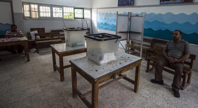 الاشتباكات حاضرة بانتخابات مصر وغياب ملحوظ للناخبين ولا قرار حتى اللحظة بالتمديد ليوم ثالث