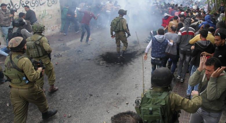 """مقتل فلسطيني بالخليل وإصابة إسرائيلية قرب بيت لحم وعباس يحذر من """"فوات أوان"""" حل الدولتين"""