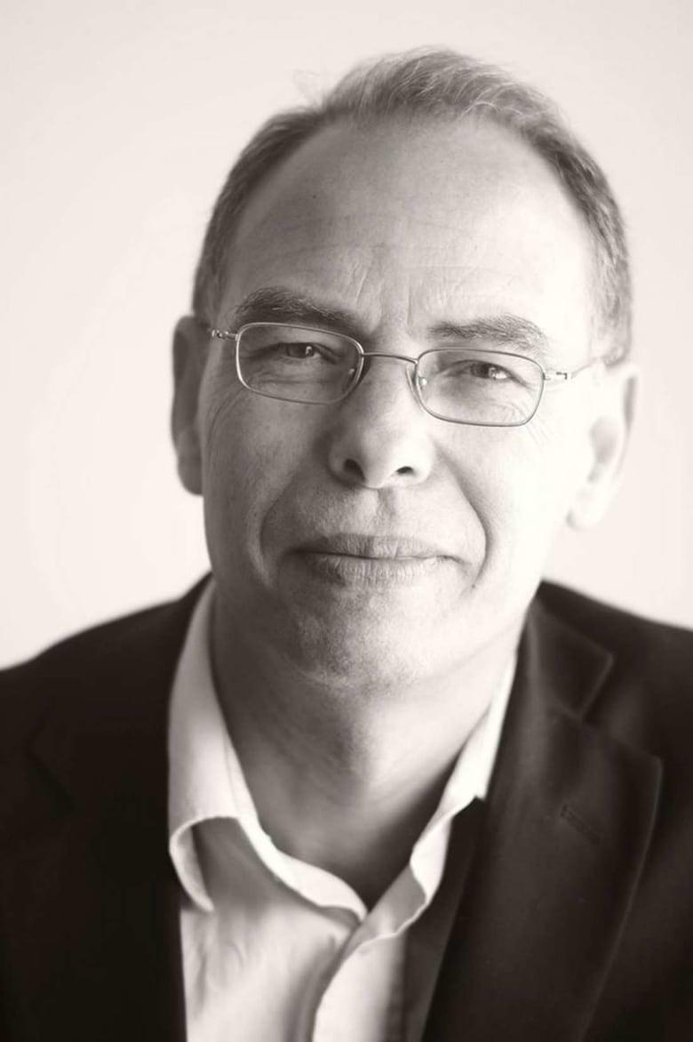 القضاء المغربي يُعيد للمعطي منجب حق السفر.. والأخير يعلّق إضرابه عن الطعام