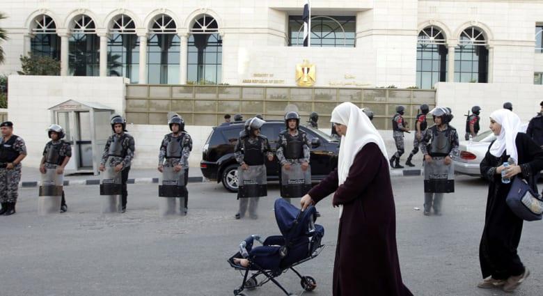 """احتجاجات أمام سفارة مصر بعمان بعد مقتل وإصابة 3 مصريين في """"جرائم جنائية"""" بالأردن"""