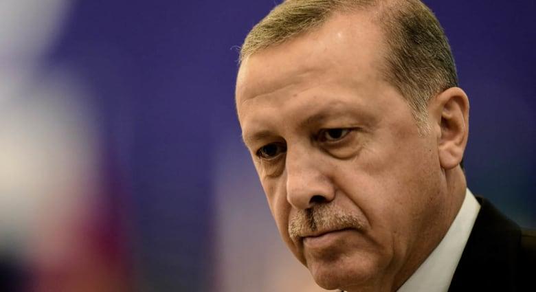 """فيصل القاسم يستشهد بتقرير عن """"مكالمة أبكت أردوغان"""".. ويتعجب من قتل المتهمين بهجمات باريس: أليس من الأفضل التحقيق معهم؟"""