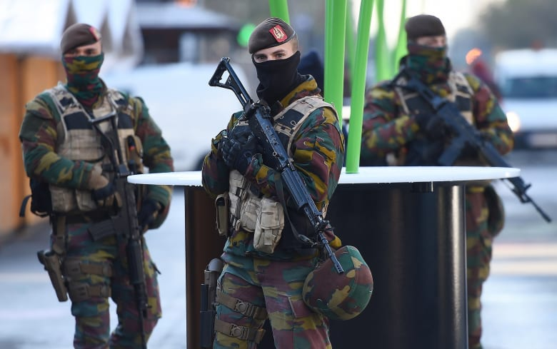 الادعاء العام البلجيكي: توجيه تهم بنشاط إرهابي يتعلق بهجمات باريس لأحد معتقلي مداهمات الأحد