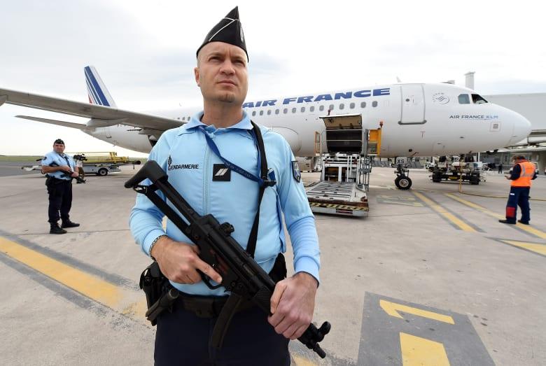 """مصدر لـCNN: فرنسا تحقق بخلفيات العاملين """"المتطرفين"""" بشركات وسائل النقل العام"""