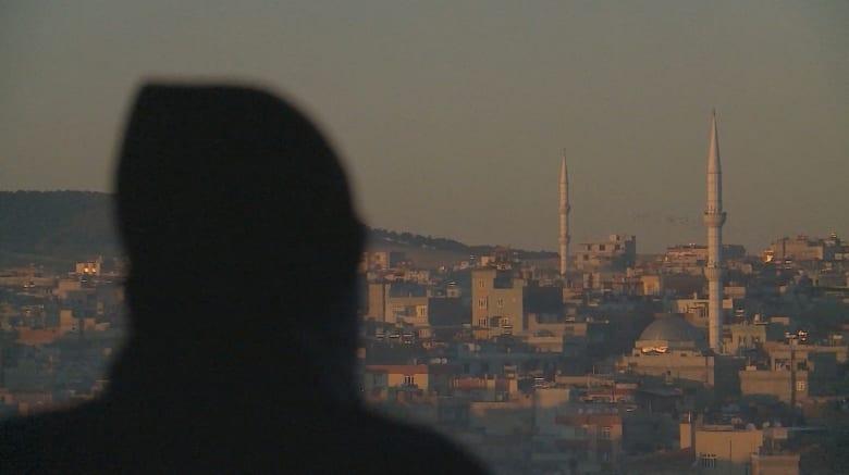 """شاهد.. هارب من """"جنة داعش"""" في الرقة يكشف تفاصيل الحياة في أرض الخوف"""