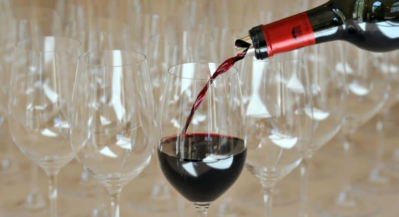 النبيذ الأحمر على مدى العصور.. هل هو داء أم دواء؟