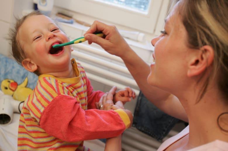 الفرشاة القاسية تساعد في تنظيف الأسنان أكثر من الناعمة؟ تعرف إلى خمس معتقدات خاطئة حول تنظيف الأسنان