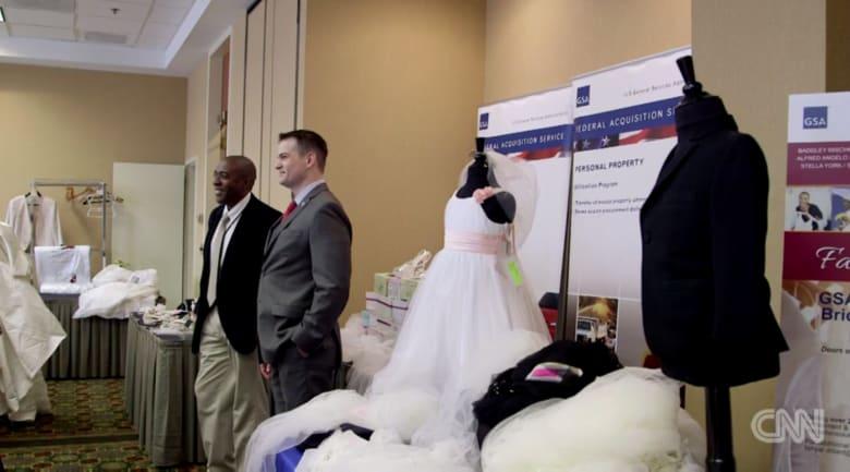 أغان رومانسية وفساتين زفاف من ماركات عالمية وحراس الولايات المتحدة.. ما الغريب في هذا الأمر؟
