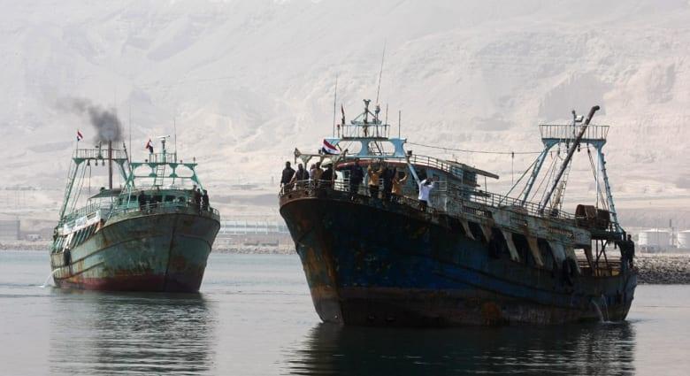 """الصيد في الممنوع.. البحرية التونسية تحتجز """"أبو أشرف"""" على متنه 16 مصرياً بسواحل """"جرجيس"""""""