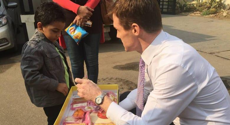 بالصور.. سفير بريطانيا في مصر يوزع حلوى المولد النبوي