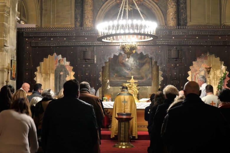 لنشر ثقافة السلام.. مسلمون يحمون كنيسة في فرنسا أثناء صلوات عيد الميلاد