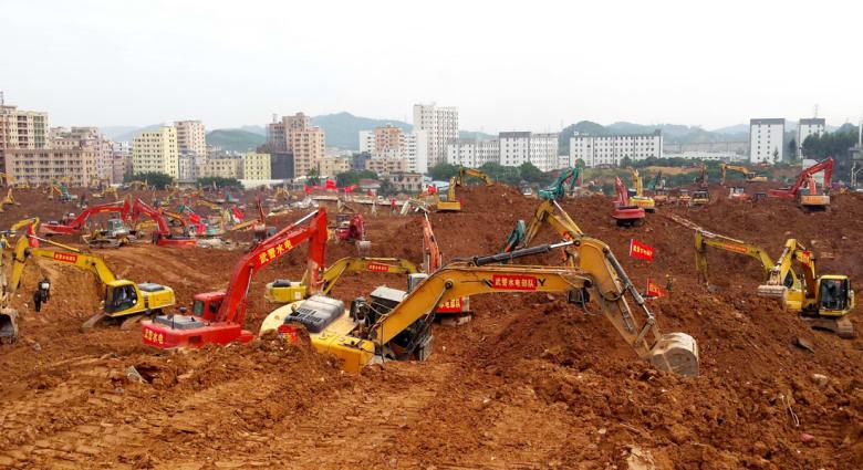 """الصين: مسؤول سابق يقفز إلى الهاوية بعد انهيار """"جبل"""" من مخلفات البناء دفن عشرات المنازل"""
