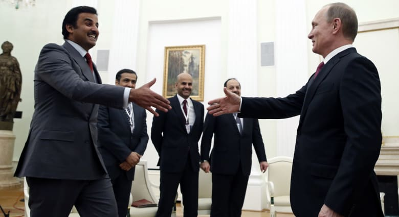 بالفيديو: بوتين يهدي أمير قطر صقراً في أول زيارة إلى موسكو