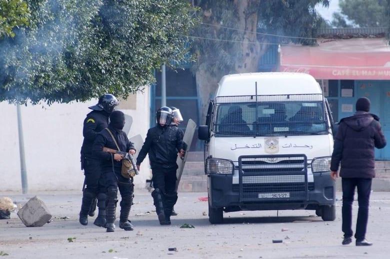 وفاة شرطي تونسي في الاحتجاجات.. والعاطلون يقتحمون بنايات عمومية