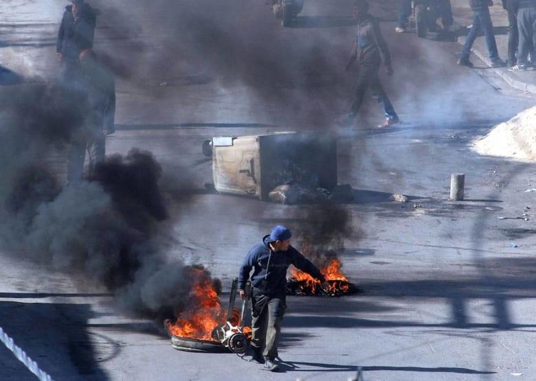 """إحراق مركز أمني في تونس.. والداخلية تتهم مجموعات """"تخريبية"""" بالاندساس بين المحتجين"""