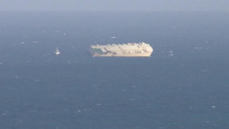 شاهد.. لحظة سحب سفينة ضخمة جنحت قبل أيام في الأطلسي
