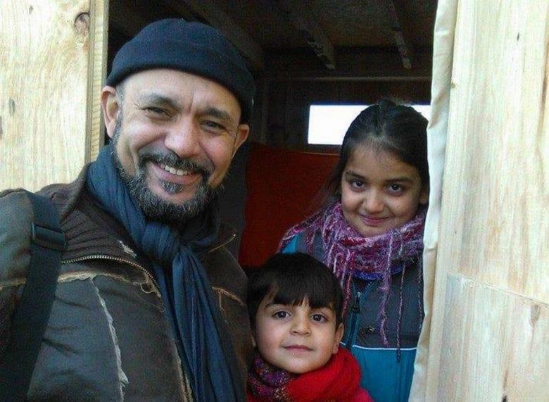 الطبيب المغربي صاحب فكرة علاج اللاجئين السوريين مجانًا ينقل عيادته خارج بلاده
