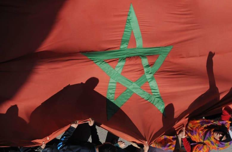 مغاربة يمزقون علم بلادهم ويجهرون بالمثلية واعتناق المسيحية لطلب اللجوء في اسبانيا