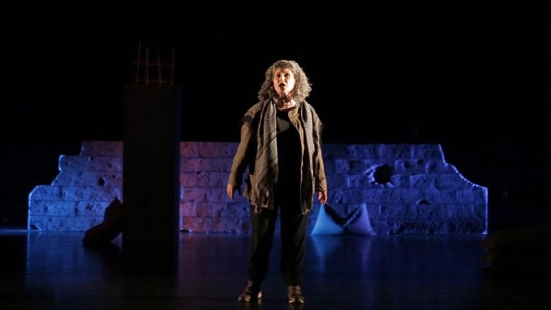 """لوجع كل امرأة ثكلى في الحروب.. """"تحت السما"""" مونودراما للممثلة السورية يارا صبري تحكي عن الألم وأكثر"""