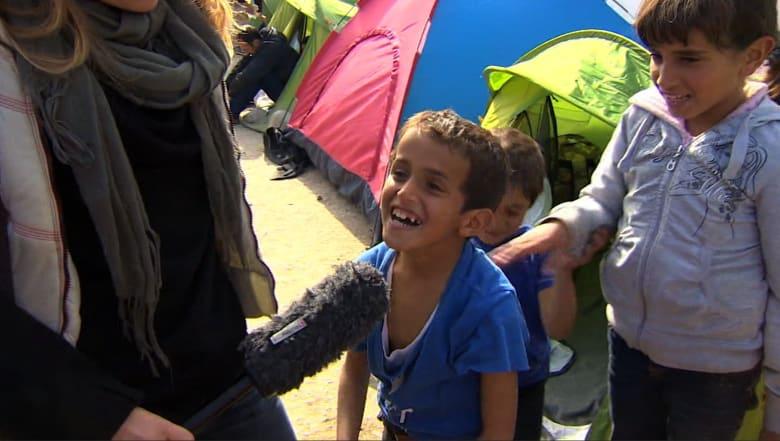 """عدسة CNN على الحدود اليونانية المقدونية تتحدث مع """"منتظري الفرج"""" من اللاجئين العالقين"""