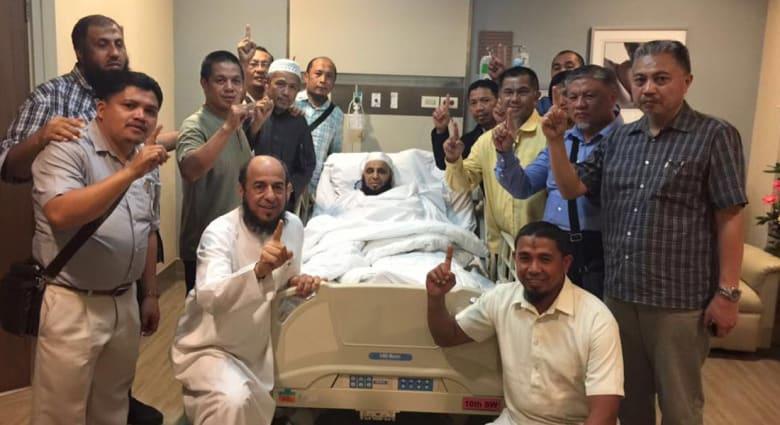 القرني يصل السعودية بعد نجاته من الاغتيال بالفلبين ويشكر الملك سلمان.. والتحقيقات مستمرة بمانيلا