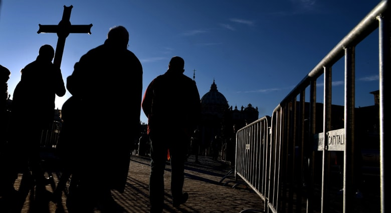 فضيحة جديدة تهدد الكنيسة بأمريكا.. رجال دين متهمون بالتآمر مع مغتصب أطفال للاعتداء عليهم