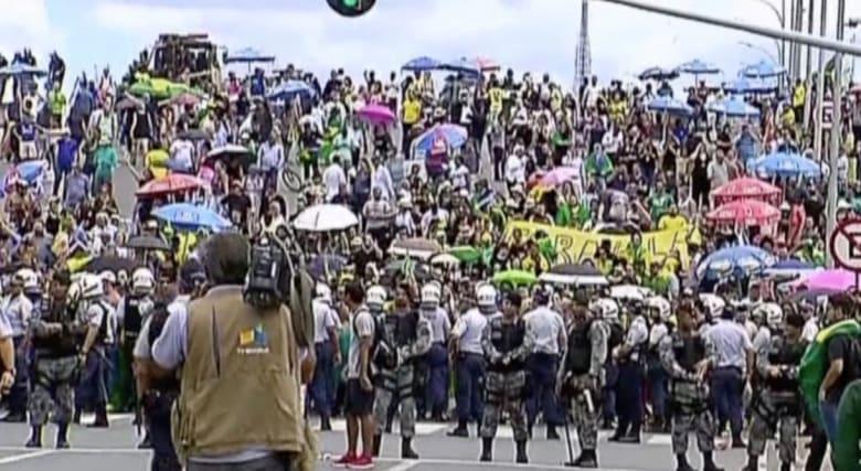 بالفيديو: قاض برازيلي يوقف تعيين لولا دا سيلفا.. واحتجاجات تطالب بعزل رئيسة البلاد