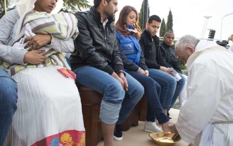 صور للبابا فرنسيس يَغسل ويقبّل أقدام لاجئين بينهم مسلمون تثير ضجة