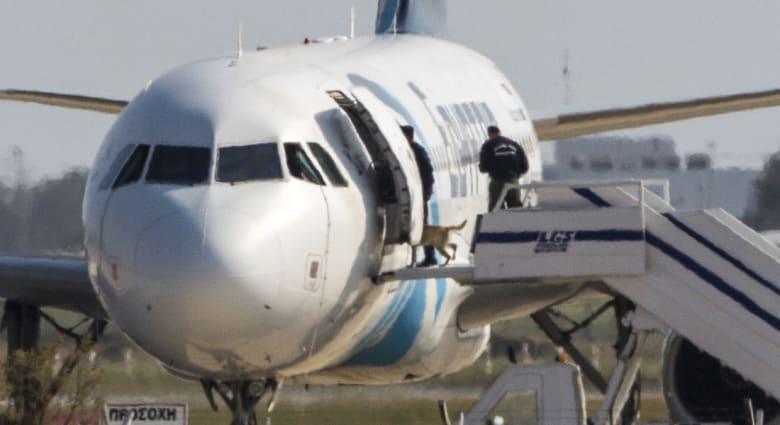 تفاصيل عن مختطف الطائرة المصرية: سبق وتزوج بقبرصية وله سجل بالتزوير والاحتيال والسرقة