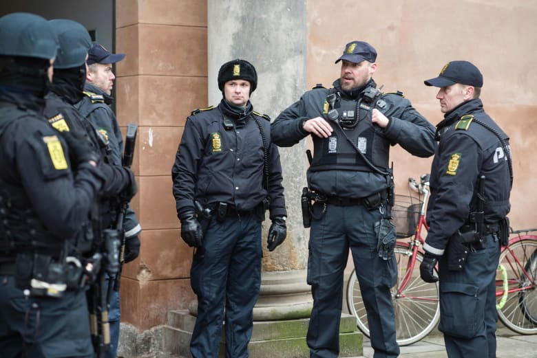 """الشرطة الدنماركية تعتقل أربعة أشخاص للاشتباه في صلتهم بـ""""داعش"""" وتصادر أسلحة وذخيرة"""