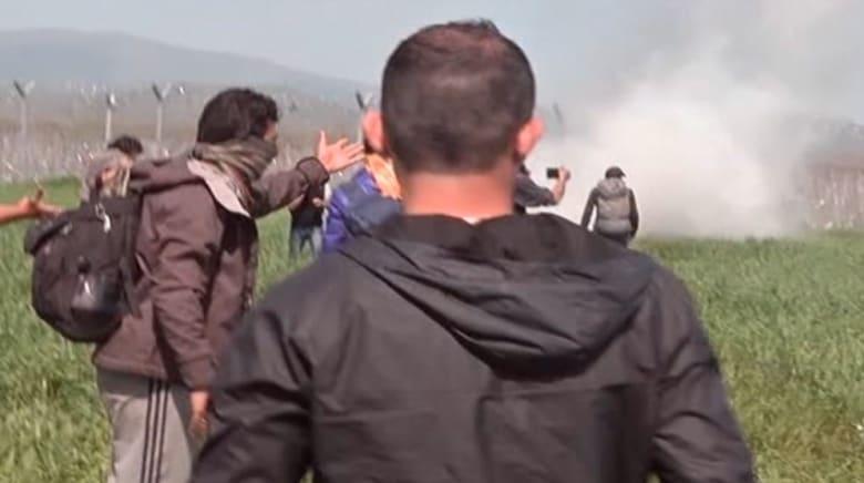بالفيديو: شرطة مقدونيا تطلق الغاز المسيل للدموع على لاجئين عبر حدودها مع اليونان