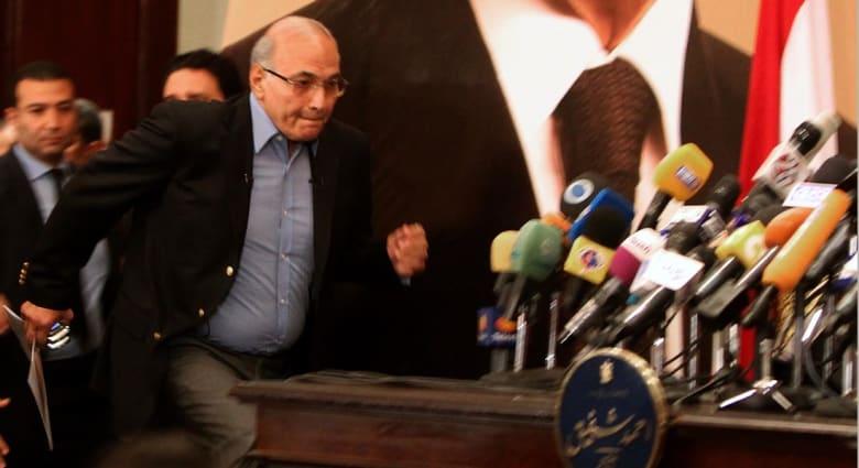 """أحمد شفيق بعد """"تساؤلاته"""": تيران وصنافير داخل حدود السعودية.. ومغردون: خاف وتراجع"""
