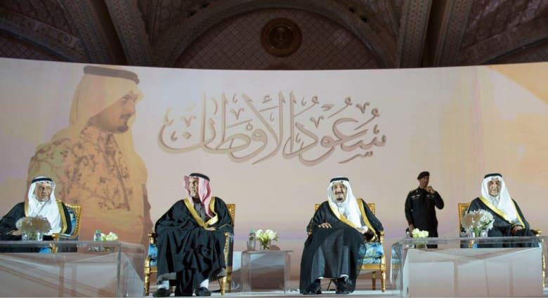 """بالفيديو.. الملك سلمان يحضر """"سعود الأوطان"""".. وخالد الفيصل: الأمير سعود رحل محمولاً على أكتاف التاريخ"""