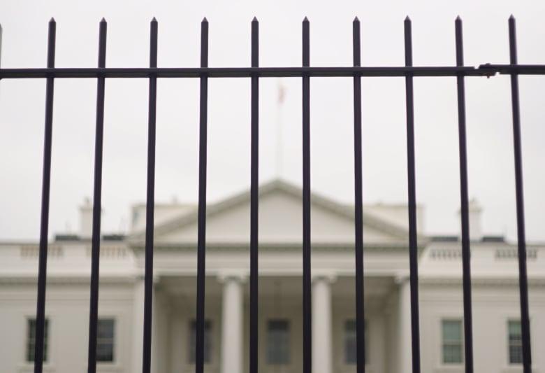 """الخدمة السرية الأمريكية تطالب بأسوار """"أعلى وأقوى"""" حول البيت الأبيض.. لماذا؟"""