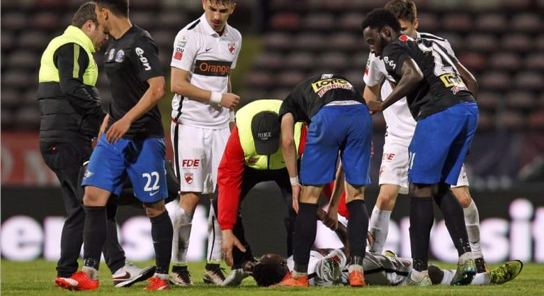 وفاة اللاعب الكاميروني باتريك إيكينغ بعد سقوطه في الملعب.. ورئيس الفيفا: الكلام لا يكفي في هذه اللحظات
