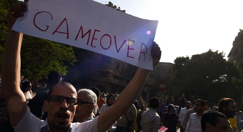 إبراهيم عوض يكتب: الحكم في مصر يصنع الأزمات وينزلها بنفسه