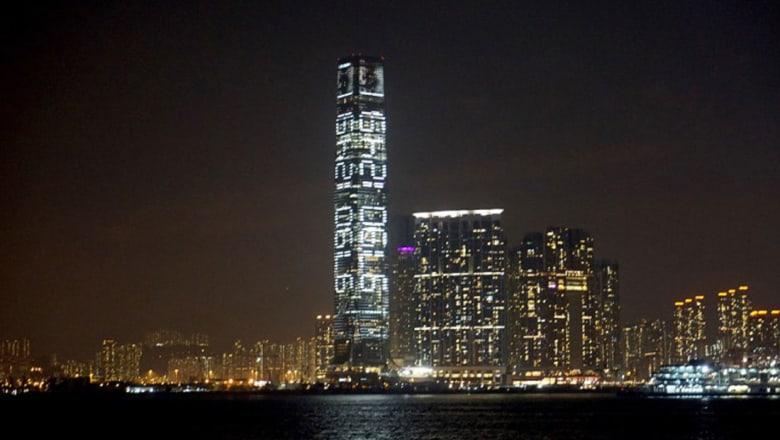 """هل يمكنكم فك """"الشيفرة"""" المعروضة على أعلى ناطحة سحاب في هونغ كونغ؟"""